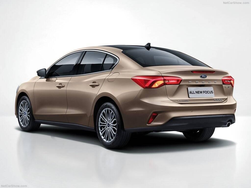 Ford-Focus_Sedan-tras.jpg
