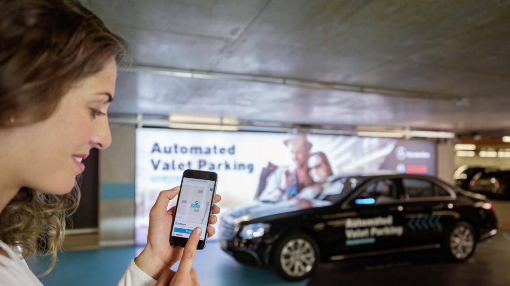 Bosch und Daimler zeigen fahrerloses Parken im realen Verkehr: Weltpremiere im Parkhaus des Mercedes-Benz Museums  Bosch and Daimler demonstrate driverless parking in real-life traffic: World premiere in the multi-storey car park of the Mercedes Benz Muse
